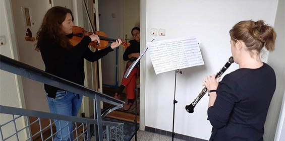 "Philharmoniker spielen ""Türschwellenkonzerte"""